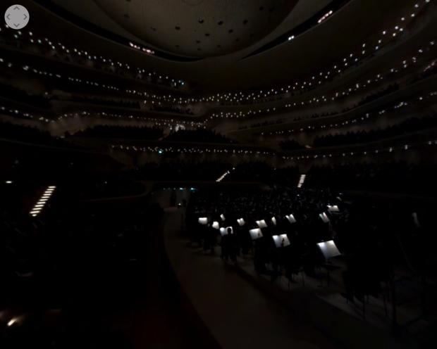Was da so weiß leuchtet sind die Notenblätter der Musiker